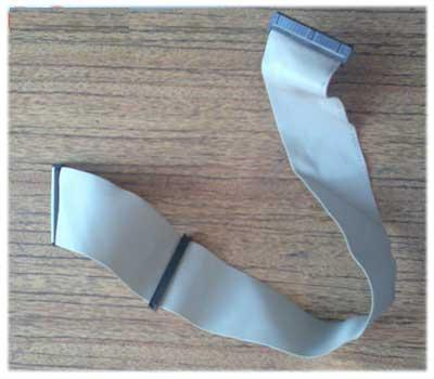 На конце штекера, который будет вставляться в дисковод, есть с одной стороны маленькая выпирающая часть...